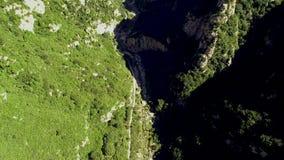 Vista aérea de la montaña máxima verde almacen de video