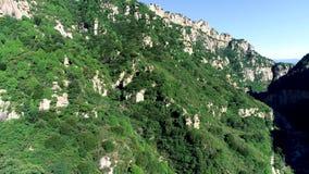 Vista aérea de la montaña máxima verde metrajes