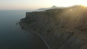 Vista aérea de la montaña y del Mar Negro en una puesta del sol Cerca de Sudak crimea metrajes