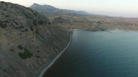 Vista aérea de la montaña y del Mar Negro en una puesta del sol Cerca de Sudak crimea almacen de metraje de vídeo