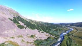 Vista aérea de la montaña y del río metrajes