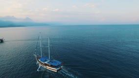Vista aérea de la nave en una bahía del mar con agua azul almacen de metraje de vídeo