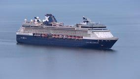Vista aérea de la navegación del milenio de la celebridad del trazador de líneas de la travesía en el Océano Pacífico almacen de video