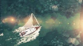 Vista aérea de la navegación media de lujo del barco de cruceros del puerto en salida del sol a través de la bahía ilustración 3D Foto de archivo libre de regalías