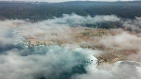 Vista aérea de la niebla, del Océano Pacífico, y de la costa costa de California septentrional