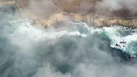 Vista aérea de la niebla, del océano, y de la costa costa de California septentrional