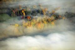 Vista aérea de la niebla y de la salida del sol de la mañana en el otoño cerca de Stowe, VT en la ruta escénica 100 Fotos de archivo