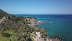 Vista aérea de la orilla hermosa de Chipre cerca del agua azul del mar Mediterráneo almacen de video