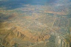 Vista aérea de la orilla, visión desde el asiento de ventana en un aeroplano Fotos de archivo