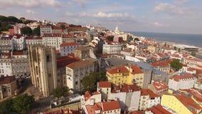Vista aérea de la parte histórica de Lisboa y de la catedral de Lisboa en el día soleado Portugal metrajes