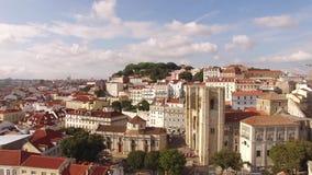 Vista aérea de la parte histórica de Lisboa y de la catedral de Lisboa en el día soleado Portugal almacen de video