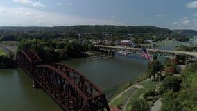 Vista aérea de la pequeña ciudad en Pennsylvania occidental almacen de metraje de vídeo