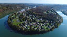 Vista aérea de la pequeña ciudad de Newell Pennsylvania metrajes