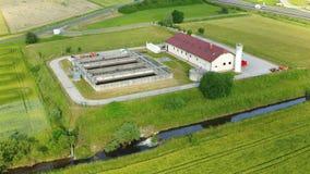 Vista aérea de la pequeña depuradora de aguas residuales con los tanques y los filtros de las aguas residuales metrajes