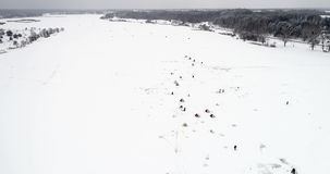 Vista aérea de la pesca del invierno Los pescadores pusieron las tiendas para pescar en la noche almacen de video