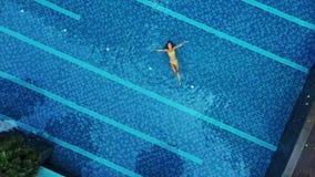 Vista aérea de la piscina grande en privado almacen de video