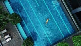 Vista aérea de la piscina grande en privado almacen de metraje de vídeo