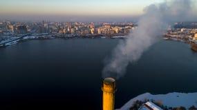 Vista aérea de la planta inútil del incinerador con la chimenea que fuma foto de archivo libre de regalías