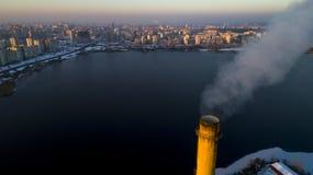 Vista aérea de la planta inútil del incinerador con la chimenea que fuma foto de archivo