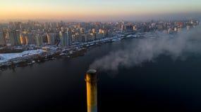 Vista aérea de la planta inútil del incinerador con la chimenea que fuma fotografía de archivo libre de regalías