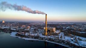Vista aérea de la planta inútil del incinerador con la chimenea que fuma imágenes de archivo libres de regalías