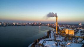 Vista aérea de la planta inútil del incinerador con la chimenea que fuma imagenes de archivo