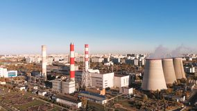 Vista aérea de la planta industrial con los tubos que fuman cerca de la ciudad Zona industrial Visión desde el abejón a almacen de metraje de vídeo