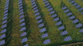 Vista aérea de la planta solar almacen de metraje de vídeo