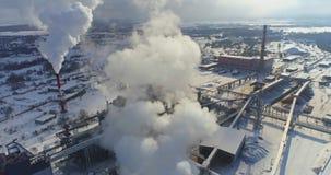 Vista aérea de la planta de tratamiento del gas en invierno almacen de video
