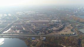 Vista aérea de la planta de tratamiento del metal y de la ciudad moderna almacen de video