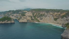 Vista aérea de la playa arenosa e isla tropical, agua azul del océano y ondas metrajes