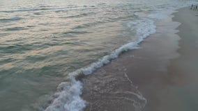 Vista aérea de la playa arenosa en la puesta del sol almacen de video