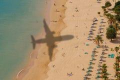 Vista aérea de la playa con la sombra del aeroplano imagenes de archivo