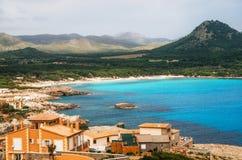 Vista aérea de la playa de Cala Agulla en la isla de Mallorca, España foto de archivo