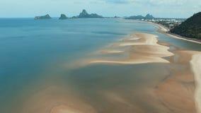 Vista aérea de la playa del mar en Prachuap Khiri Khan meridional de Tailandia almacen de metraje de vídeo