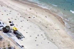 Vista aérea de la playa del paraíso de las personas que practica surf, Gold Coast imagen de archivo