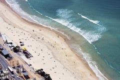 Vista aérea de la playa del paraíso de las personas que practica surf, Gold Coast fotografía de archivo