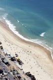 Vista aérea de la playa del paraíso de las personas que practica surf, Gold Coast foto de archivo