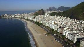 Vista aérea de la playa durante verano, sol de Copacabana sin las nubes brazil almacen de metraje de vídeo