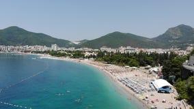 Vista aérea de la playa en la ciudad de Budva, Montenegro Balcanes, mar adri?tico, Europa metrajes