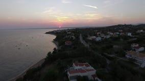 Vista aérea de la playa en la puesta del sol, Grecia de Trikorfo almacen de video