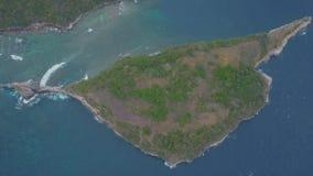 Vista aérea de la playa hermosa de Atuh Olas oceánicas azules, montañas y pequeñas islas almacen de video