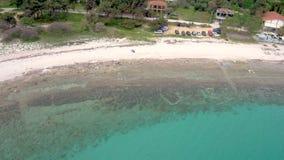 Vista aérea de la playa imponente de la turquesa, Athitos Halkidiki Grecia, movimiento circular por el abejón almacen de metraje de vídeo