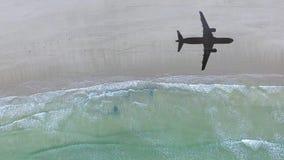 Vista aérea de la playa sola con la sombra del aeroplano almacen de video