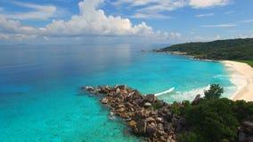 Vista aérea de la playa tropical (Anse magnífico) en la isla de Digue del La, Seychelles almacen de metraje de vídeo