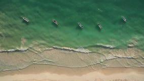 Vista aérea de la playa y de barcos almacen de metraje de vídeo