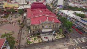 Vista aérea de la plaza de La Cultura y el teatro nacional famoso de Costa Rica almacen de video