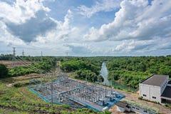 Vista aérea de la presa eléctrica hidráulica Presa de la energía alternativa en las nubes del cielo azul y el fondo verde del bos fotografía de archivo libre de regalías