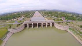 Vista aérea de la presa y de la central hidroeléctrico, Tailandia