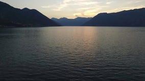 Vista aérea de la puesta del sol en la bahía de Kotor Montenegro almacen de metraje de vídeo